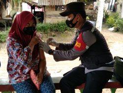 Kapolsek Indrapura Laksanakan Giat Bersama Personil Dan Bhabinkamtibmas Polsek Indrapura Melaksanakan Vaksinasi Door To Door Dalam Rangka Vaksinasi Massal